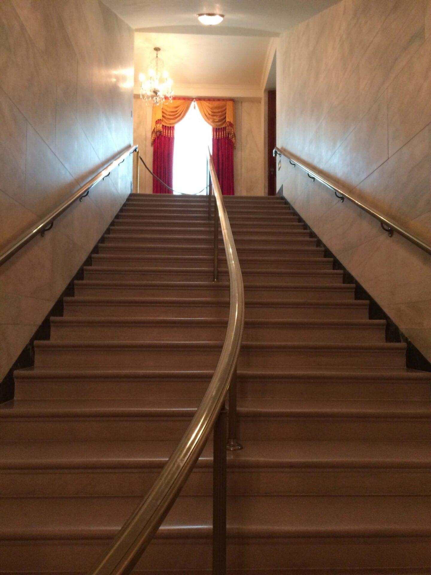 ステートフロアへと続く階段